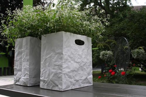 zwei mit blumen kunstgarten und gartenkunst in der. Black Bedroom Furniture Sets. Home Design Ideas
