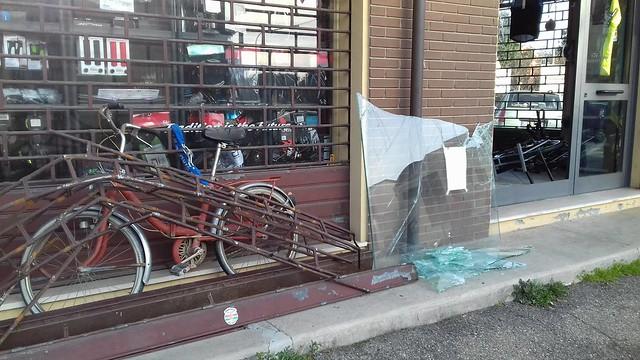 Castel Bolognese, sfondano vetrina di Caroli Bici e rubano biciclette