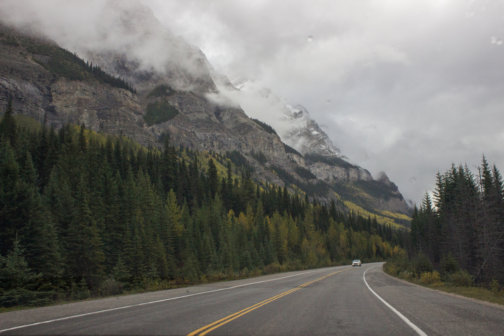 11 important and simple things to do when renting a car abroad. Icefields Parkway, Canada.