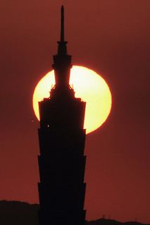 IMG_0773 太陽、台北101和飛機 The sun & Taipei 101 | by vicjuan