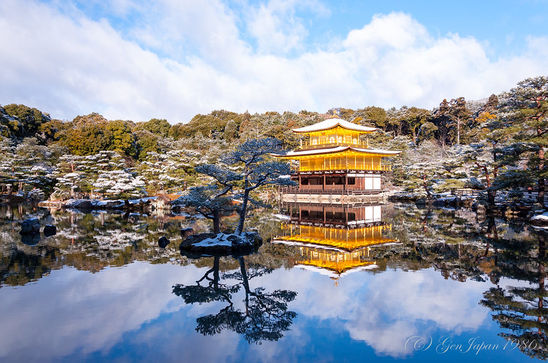 雪の鹿苑寺舎利殿(金閣)
