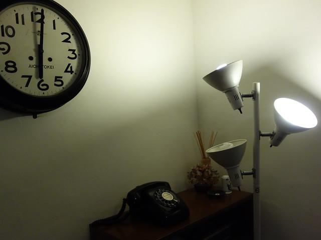唯一有點讓我錯愕的是這個永遠六點的時鐘,所以下午四點半我們一來,我見著了就覺得餓了XD @花蓮小晴天旅宿
