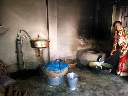 आर्सेनिकयुक्त पानी से खाना बना रही एक महिला