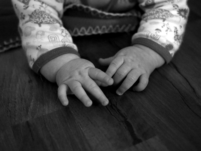 kädet mustavalko
