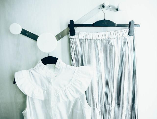 P1060916.jpgWhiteFrillBlouseSilverSkirt, hopea hame, silver skirt, white frill blouse, valkoinen hihaton röyhelöpaita, ostokset, shopping, vaatteet, clothes, muoti, fashion,