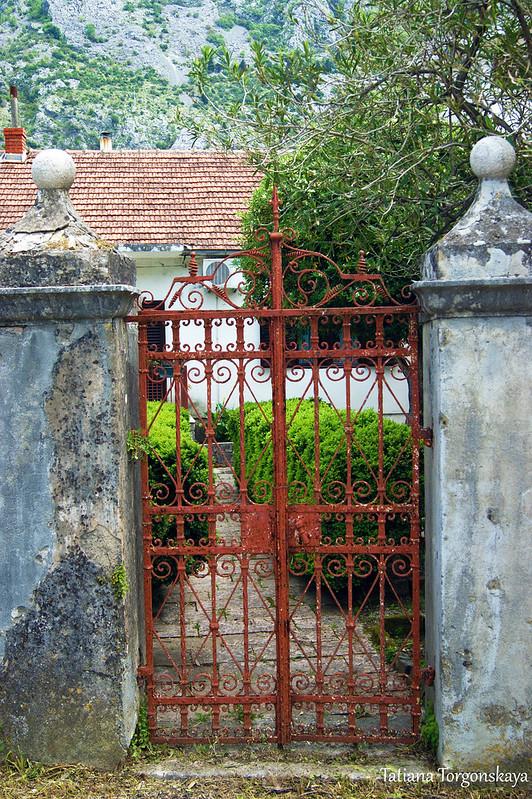 Ворота одного из домов Доброты