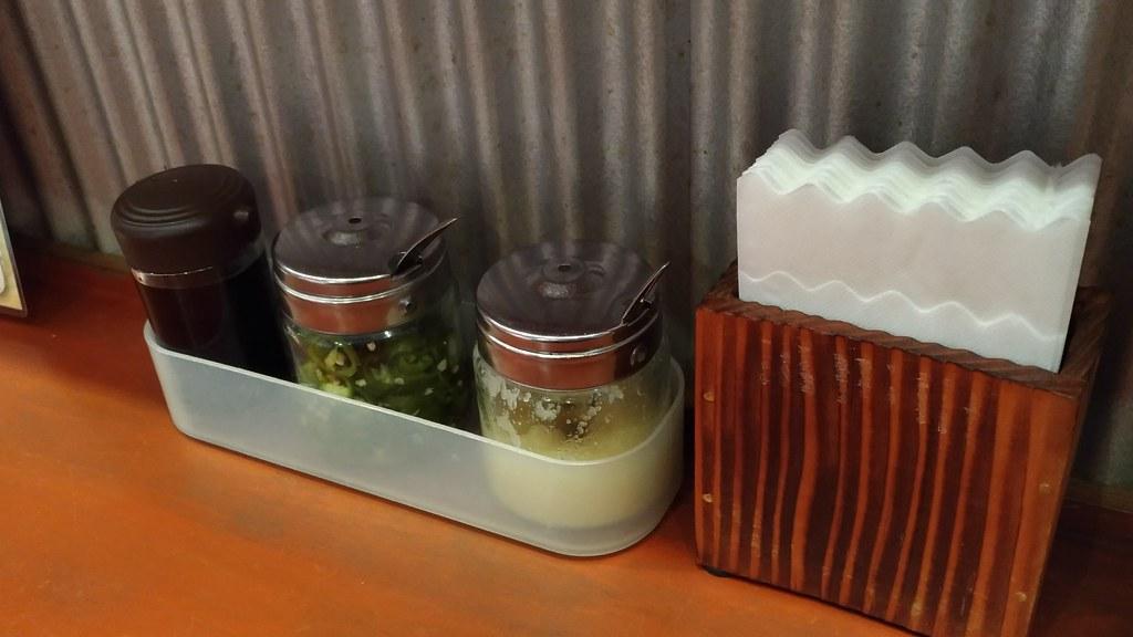 「肉骨茶」のテーブルの調味料