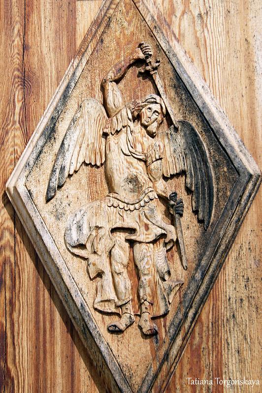 Резьба на двери церкви Св. Михаила