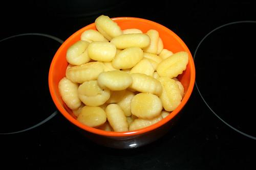 24 - Gnocchi aus Pfanen entnehmen / Remove gnocchi from pan