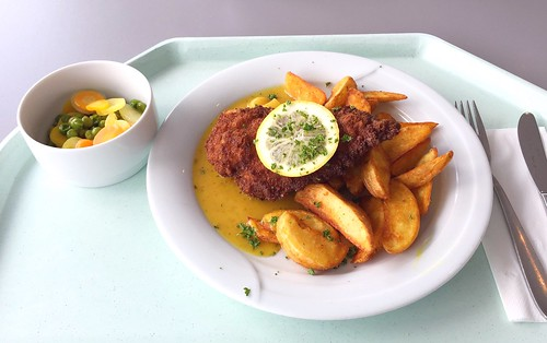 Crispy chicken breast with fruity curry sauce & potato wedges / Hähnchenbrust in Knusperpanande mit fruchtiger Currysauce & Country Potatoes