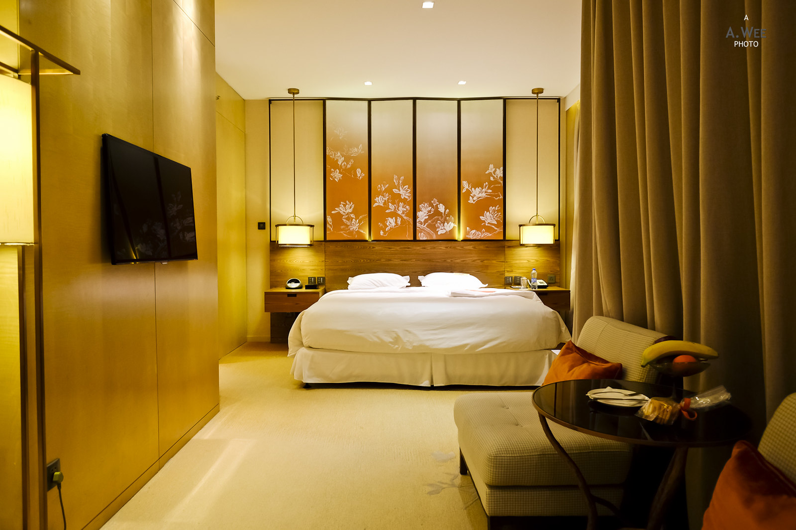 Bedroom with swivelling TV