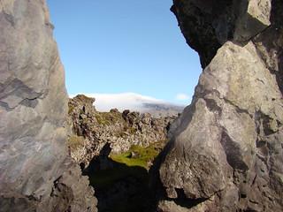 075 Snæfellsjökull door gat in rots