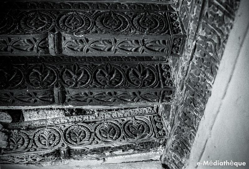 Decoración en yeserías y artesonados en el entorno de la Iglesia de San Miguel en Toledo en agosto de 1965. Fotografía de Jacques Revault © e-Médiathèque | Médiathèque SHS de la Maison méditerranéenne des sciences de l'homme