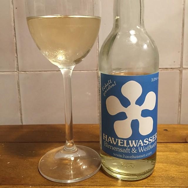 Foodvibes Obst & Alk muss nicht immer Schnaps sein: #Havelwasser ist Birnensaft mit Weißwein. Süß, süffig, birnig. #Bioland Saft und #Bioland Müller-Thurgau. Aber wie Havel schmeckt ditt nich. Sieht ooch anders aus.