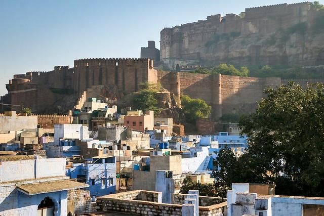 Mehrangarh Fort and some blue houses, Jodhpur, India ジョードプル メヘラーンガル・フォートと点在する青い家々