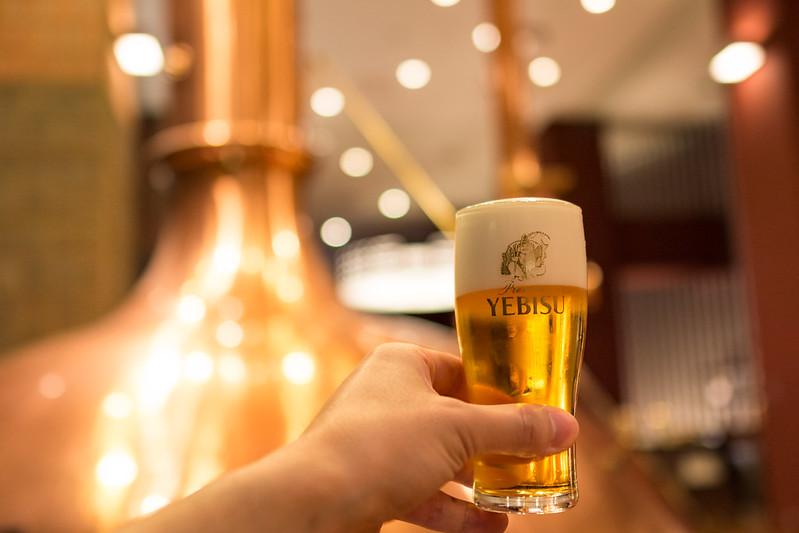 丁寧にグラスに注がれたヱビスビール