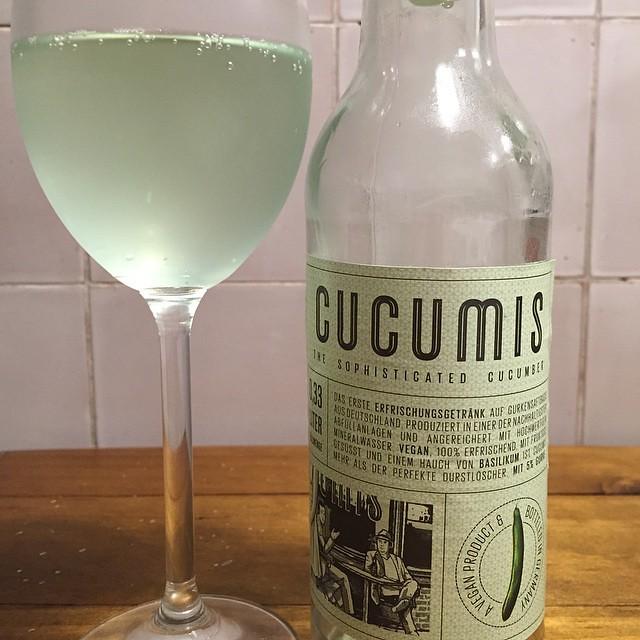 Foodvibes Mein Sommer-Erfrischungstipp: Lustig lecker leicht - und #vegan: #Cucumis ist das wohl erste Getränk auf Gurkenbasis mit Mineralwasser und etwas Basilikum. Leicht grünlich. Erstaunlich gut.
