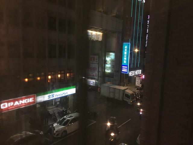 對面是福泰桔子和全家@清翼居童話館,近台北車站的住宿選擇