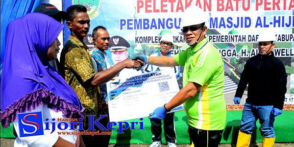 Bupati Lingga, H. Alias Wello saat penyerahan kartu asuransi nelayan.
