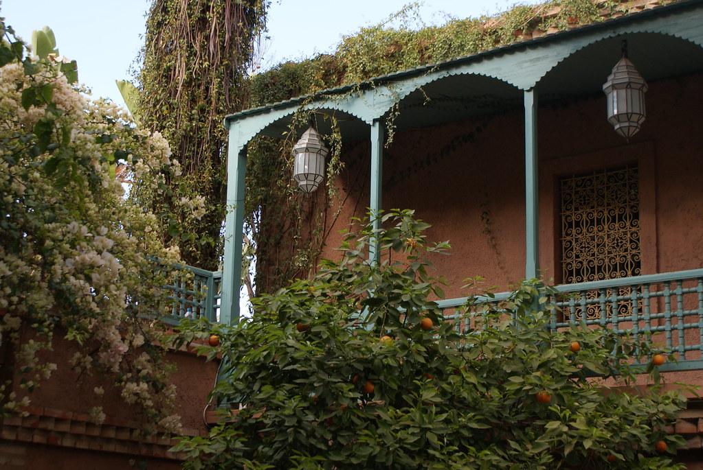Pergola au dessus du café du jardin Majorelle à Marrakech.