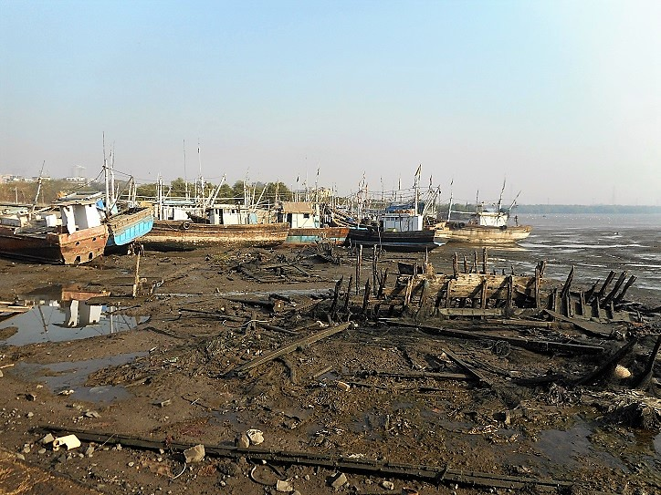 The sides of the mudflats near the jetty are strewn with metal and wooden waste from the broken down ships alongside the boats docked near the jetty for repair. The surroundings have a look of an industrial wasteland. The garbage, waste and the sewage generated from the city get dumped here, poisoning the environment and littering the surroundings.