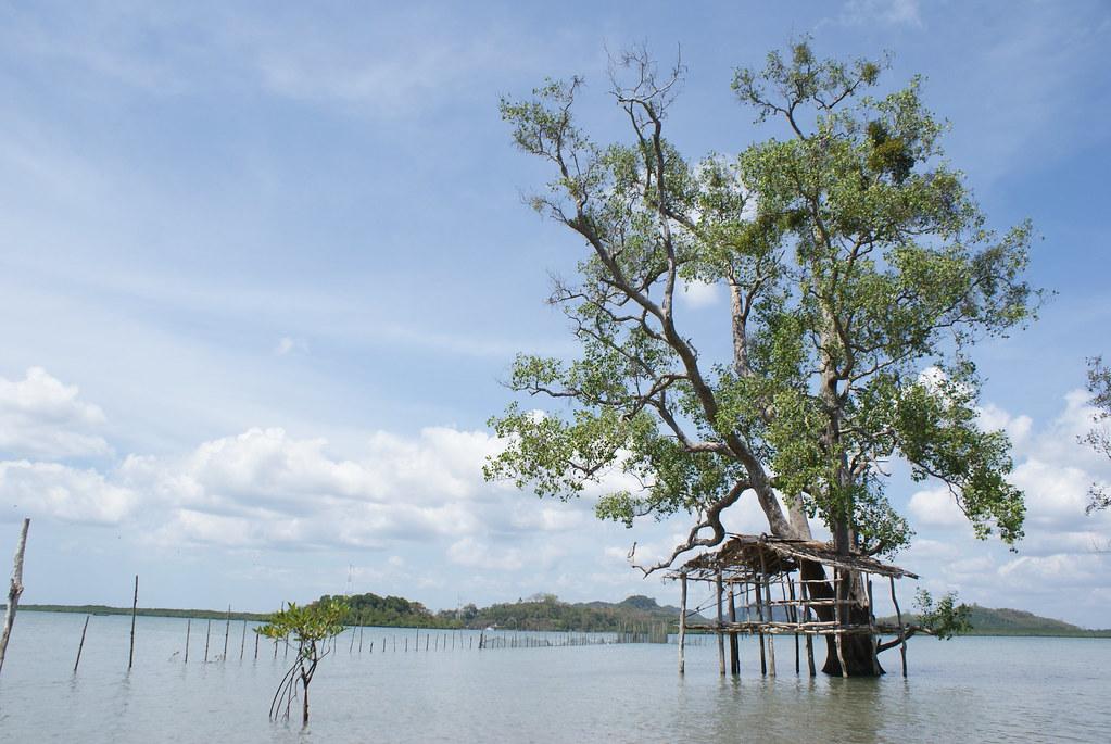 Coin de pêcheurs sur l'île sans touriste de Koh Lanta Noi.