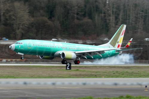 Boeing 737-8AL(WL) Lucky Air B-1588 LN6323