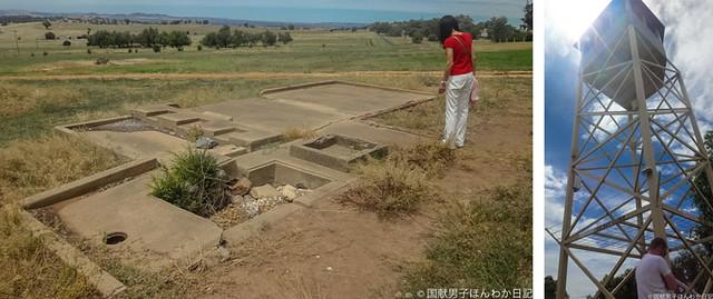 捕虜収容所跡と再建された監視塔(撮影:筆者)