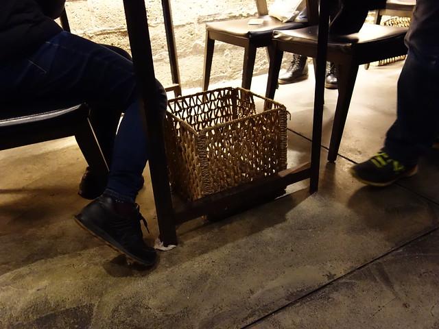 地上有放包包的竹籃@花蓮老時光居酒屋