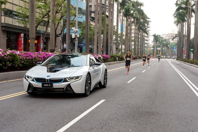 [新聞照片二] BMW i8擔任「世界地球日─為水資源而跑」路跑活動21公里半馬組的領跑車