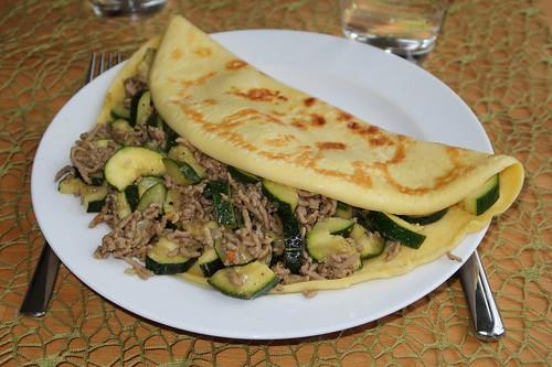 Pfannkuchen mit Zucchinihackfüllung