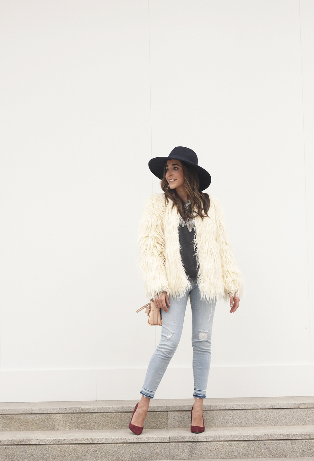Faux Fur white coat jeans uterqüe heels navy hat coach bag style fashion01