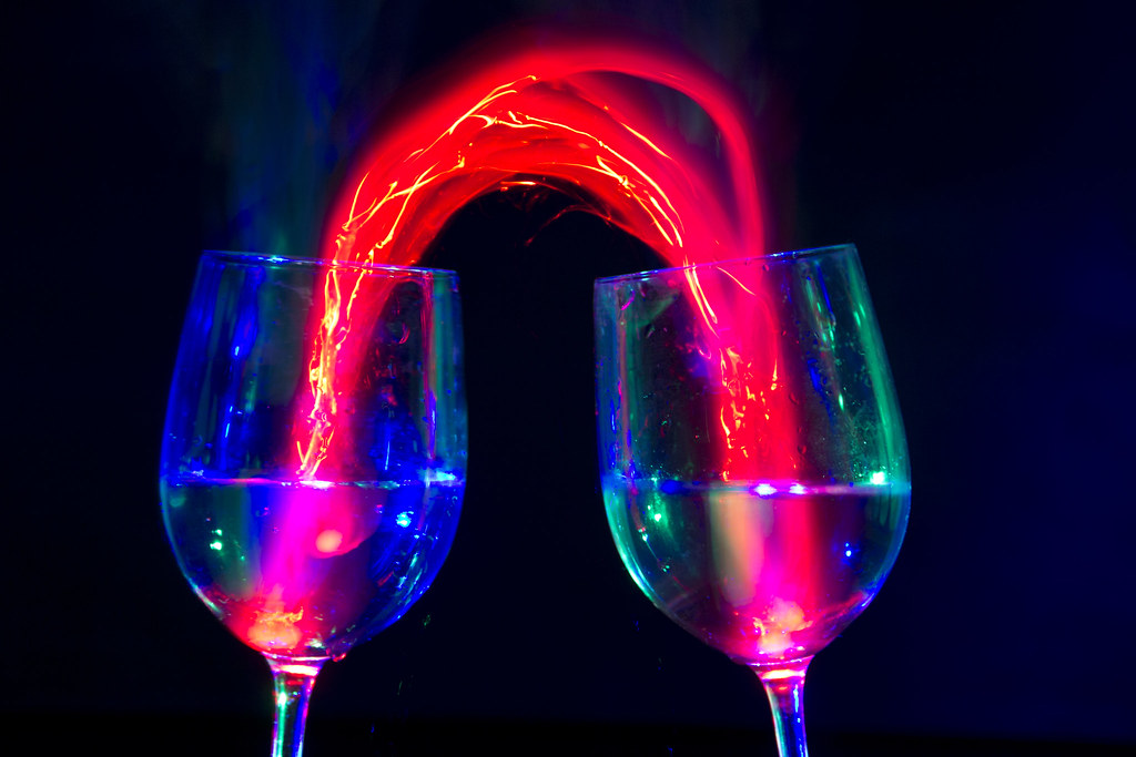 Spelen met licht playing with fingerlights and wineglass