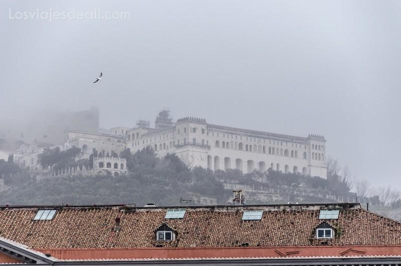 castillo de Nápoles entre la niebla