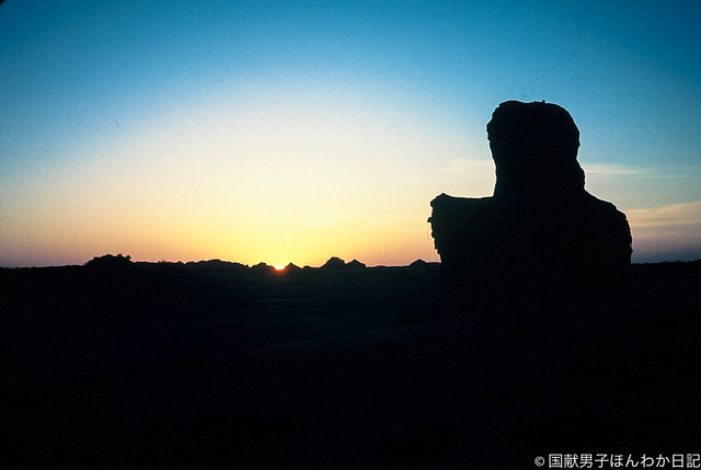 沈む夕日に南無阿弥陀仏、ニヤ遺跡仏塔にて(撮影:筆者)