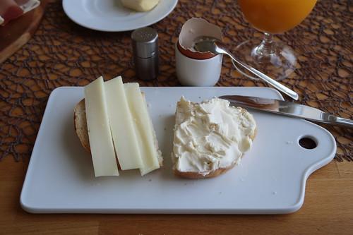 Schafskäse und Le Vignoble auf Weißbrot