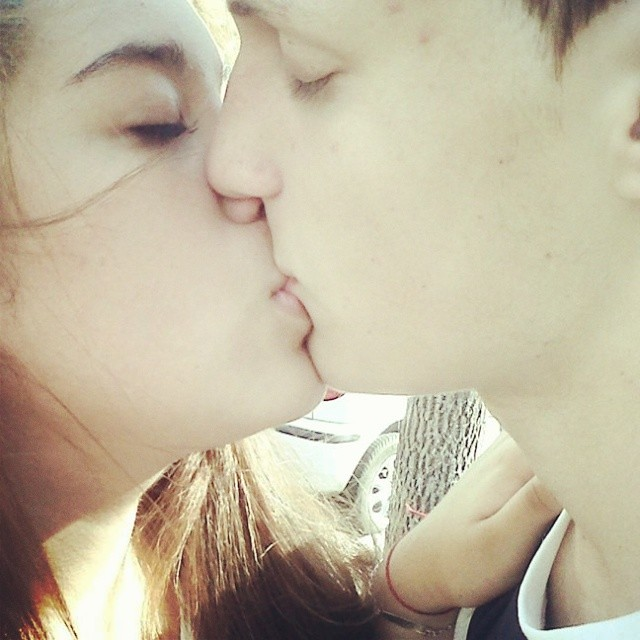 How to kiss gf for first time