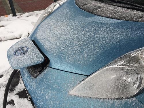 充電中にボンネットに雪が積もった日産リーフ@磐越道 磐梯山SA(上り)