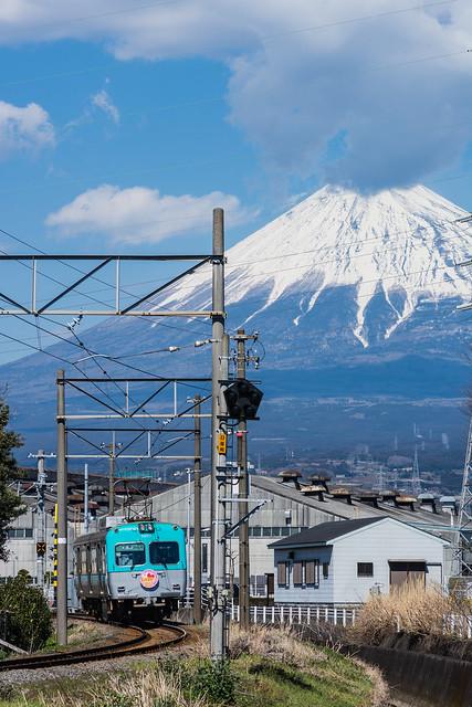 松屋脇の撮影スポットで岳南電車と富士山を撮る