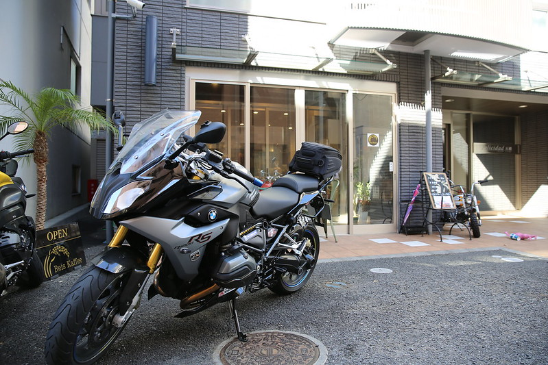 BMW R1200RS front of Riders Cafe