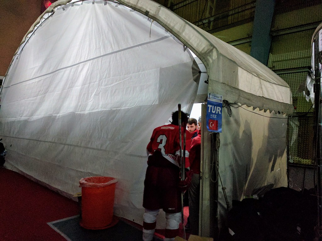 輸球賽後 帳篷內爆出怒吼聲