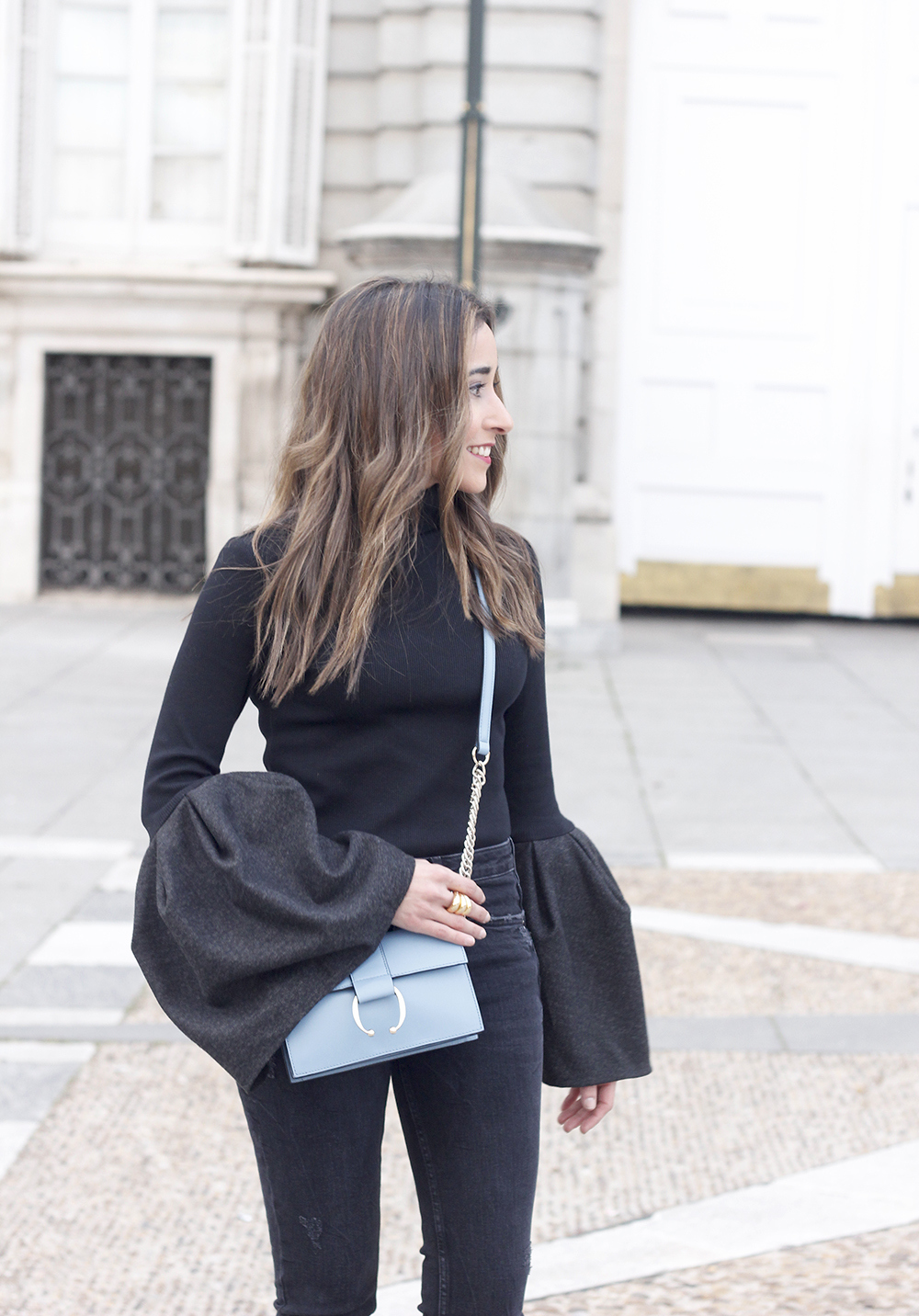 Black sweater with bell sleeves black jeans heels uterqüe bag palacio real madrid street style fashion outfit17