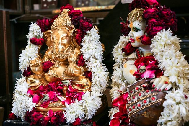 Hindu gods with a lot of flowers, Jodhpur, India ジョードプル お花がたくさん掛けられたヒンドゥー教の神々