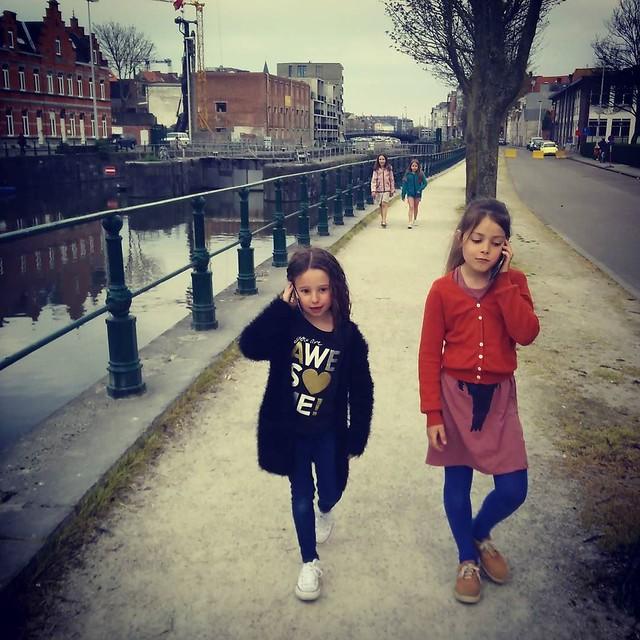 Even naar huis bellen met een caprissonneke #kinderfantasie #gentstagram #Gent #sien90210