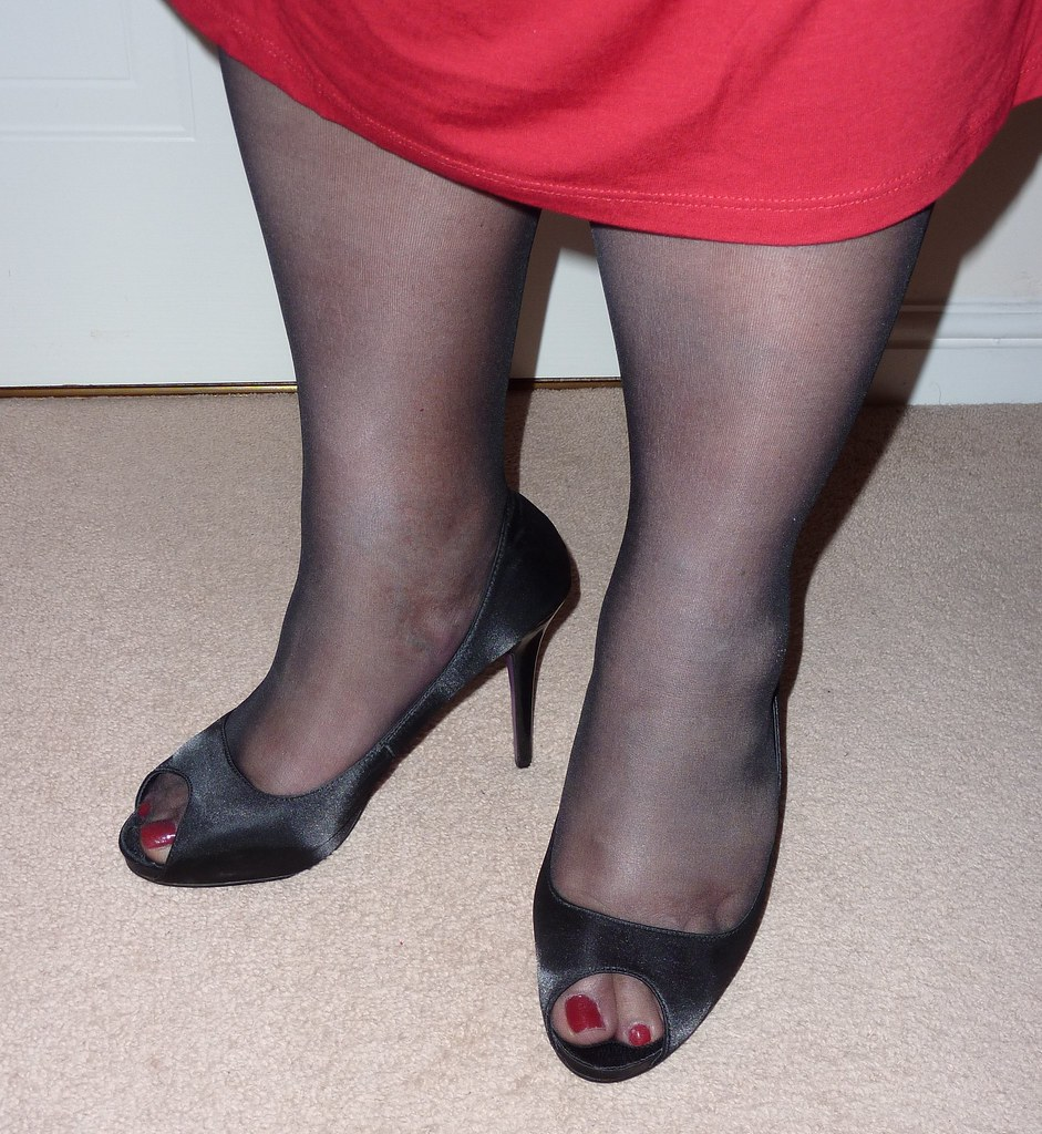 Pantyhose and high heels painted toes