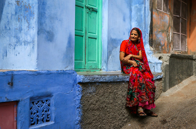 A woman sitting in flont of a blue house, Jodhpur, India ジョードプル 青い家の前で腰掛けた女性