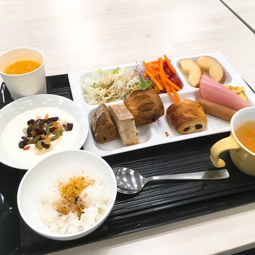 社員食堂で無料朝食