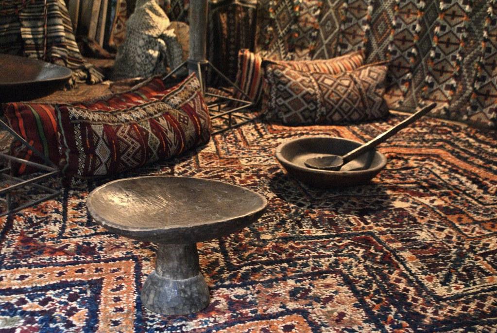 Tapis et mobilier d'une tribu nomade du sud Maroc dans le musée Bert Flint de Marrakech.