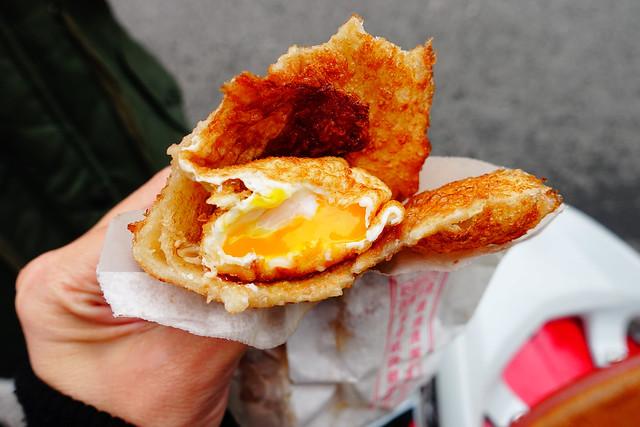 炸蛋蔥油餅,咬開後半熟蛋流出蛋汁超級美味!@花蓮放空行