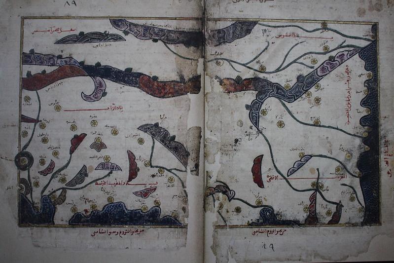 Pages d'un manuscrit illustré de la Géographie de al-Idrisi montrant le Maghreb, 2nde moitié du XIIIe, 1e quart du XIVe - Splendeurs de l'écriture au Maroc, Manuscrits rares et inédits à l'Institut du monde arabe